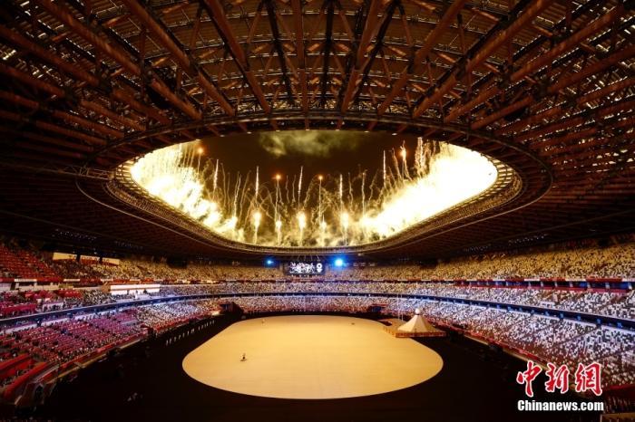 当地时间7月23日,第32届夏季奥林匹克运动会开幕式在日本东京新国立竞技场举行。图为开幕式上燃放的焰火。 <a target='_blank' href='http://www.chinanews.com/'>中新社</a>记者 富田 摄