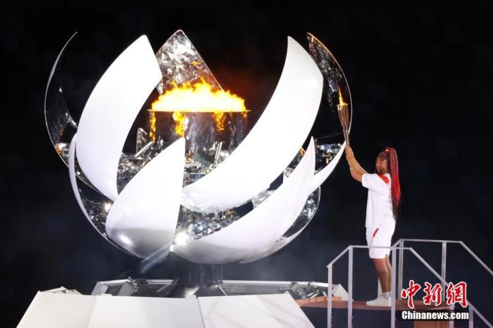 7月23日,第32届夏季奥林匹克运动会开幕式在日本东京新国立竞技场举行。图为日本网球运动员大坂直美点燃主火炬。 中新社记者 韩海丹 摄