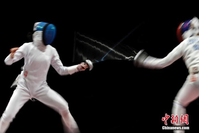 圖爲中國選手孫一文與羅馬尼亞選手波佩斯庫在比賽中。中新社記者 富田 攝