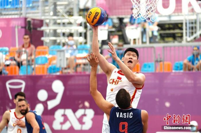 在7月24日进行的小组循环赛中,中国男队13:22不敌塞尔维亚队。 <a target='_blank' href='http://www.chinanews.com/'>中新社</a>记者 富田 摄