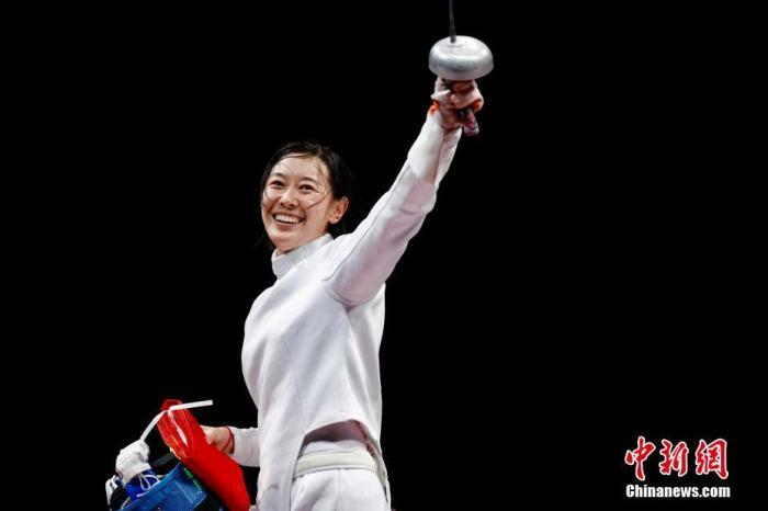 7月24日晚,東京奧運會女子重劍個人賽結束了決賽的較量,中國選手孫一文奪冠。這是中國體育代表團在本屆奧運會的第三枚金牌。中新社記者 富田 攝