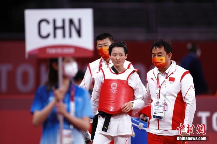 当地时间7月24日,中国选手吴静钰(右二)赛后离场。 中新社记者 富田 摄
