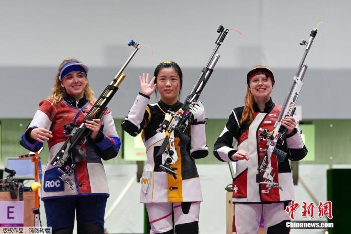 7月24日举行的东京奥运会女子10米气步枪决赛中,中国选手杨倩夺得冠军,为中国代表团揽入本届奥运会第一枚金牌。这也是本届东京奥运会诞生的首枚金牌。图为获得奖牌的选手们站在领奖台上。