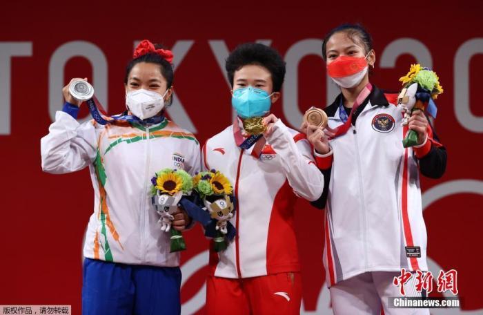 7月24日下午,东京奥运会女子49公斤级举重决赛在东京国际论坛大厦举行,中国举重名将侯志慧不负众望,以抓举94公斤,挺举116公斤,总成绩210公斤成功夺冠。图为颁奖仪式上,获得奖牌的选手一起合影。