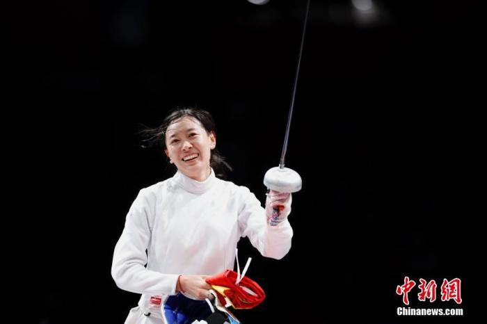 7月24日晚,东京奥运会女子重剑个人赛结束了决赛的较量,中国选手孙一文以11:10战胜罗马尼亚选手波佩斯库,夺得冠军。这是中国体育代表团在本届奥运会的第三枚金牌。图为孙一文在比赛场地内。<a target='_blank' href='http://www.chinanews.com/'>中新社</a>记者 富田 摄
