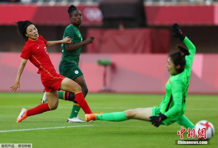 7月24日,东京奥运会女足小组赛第二轮展开,中国女足4战平4赞比亚女足。比赛中,王霜独中四元,仍未能助中国队未能带走胜利。本场过后,中国女足两战一平一负积1分,最后一轮她们将面对小组最强对手荷兰女足。图为赞比亚前锋芭芭拉在比赛中进球。