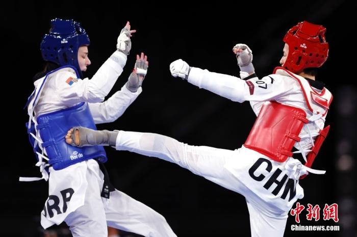 当地时间7月24日,中国选手吴静钰(右)在比赛中。 中新社记者 富田 摄