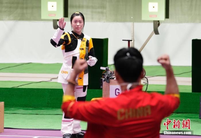 7月24日举行的东京奥运会女子10米气步枪决赛中,中国选手杨倩夺得冠军,为中国代表团揽入本届奥运会第一枚金牌。这也是本届东京奥运会诞生的首枚金牌。图为比赛结束后杨倩朝教练团队挥手。<a target='_blank' href='http://www.chinanews.com/'>中新社</a>记者 杜洋 摄