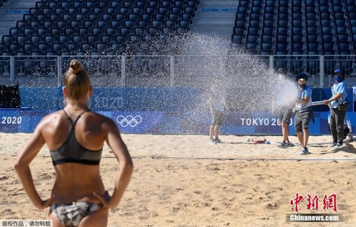 当时时间7月21日,沙排训练期间,工作人员向场内喷赛凉水。据悉,瑞士女子沙滩排队曾因根本无法在沙滩上立足而暂停了训练。