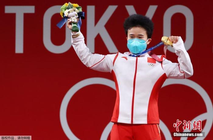 图为颁奖仪式上侯志慧展示金牌。