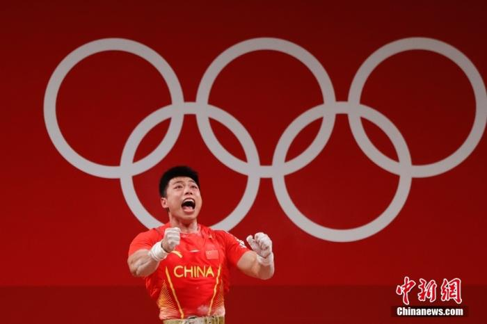 北京时间7月25日晚,在东京奥运会男子举重67公斤级比赛中,中国选手谌利军以抓举145公斤、挺举187公斤、总成绩332公斤夺冠,打破挺举和总成绩奥运纪录的同时,也为中国体育代表团摘得本届奥运会的第六金。图为谌利军庆祝胜利。 中新社记者 韩海丹 摄