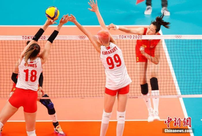 北京时间7月25日下午,在东京奥运会女排小组赛首轮中,中国女排对阵土耳其女排。最终中国女排爆冷0:3不敌土耳其女排,三局比分为21:25、14:25、14:25。图为比赛现场。 <a target='_blank' href='http://www.chinanews.com/'>中新社</a>记者 杜洋 摄