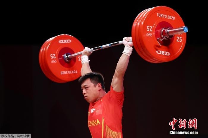 北京时间7月25日晚,在东京奥运会男子举重67公斤级比赛中,中国选手谌利军以抓举145公斤、挺举187公斤、总成绩332公斤夺冠,打破挺举和总成绩奥运纪录的同时,也为中国体育代表团摘得本届奥运会的第六金。图为比赛现场。