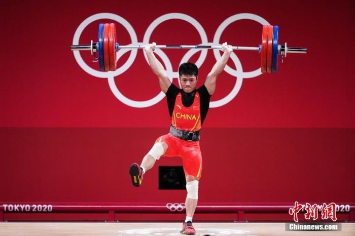 """图为挺举比赛中,李发彬""""金鸡独立""""举起166公斤。 图片来源:视觉中国"""