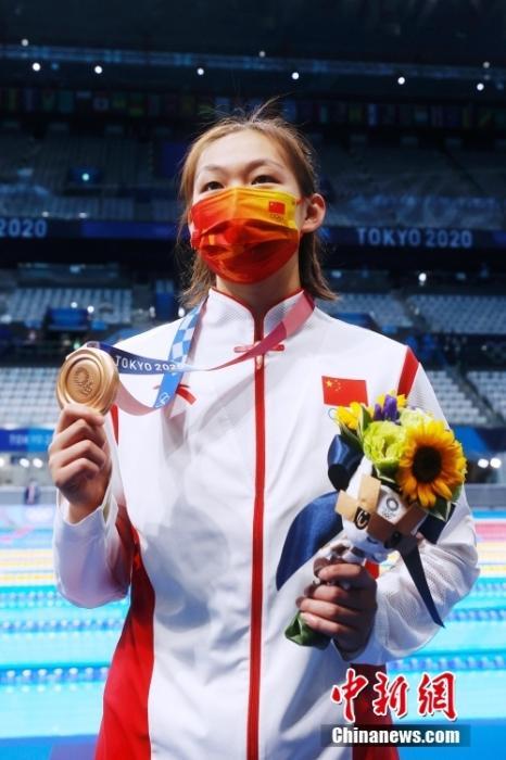 7月26日,中国选手李冰洁展示奖牌。当日,东京奥运会游泳女子400米自由泳决赛在东京水上运动中心举行,李冰洁夺得铜牌。 lt;a target='_blank' href='http://www.chinanews.com/'gt;中新社lt;/agt;记者 韩海丹 摄