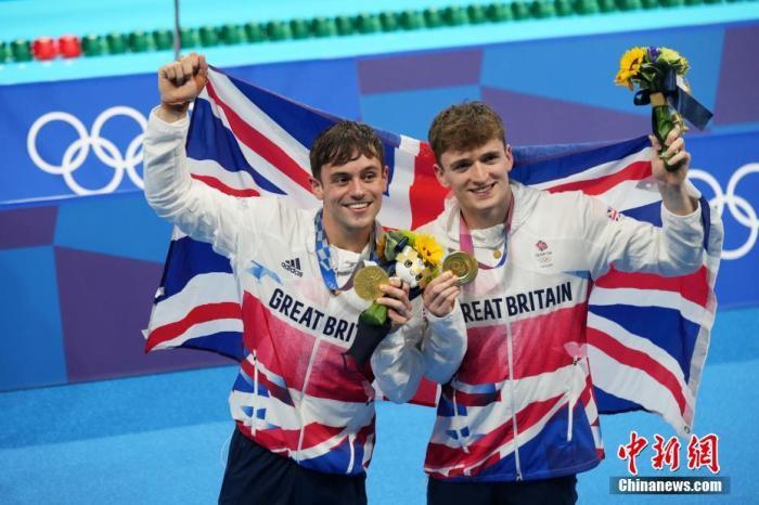 7月26日,英国选手托马斯·戴利(左)/马蒂·李在颁奖仪式后合影。当日,东京奥运会举行跳水男子双人十米跳台决赛,英国选手托马斯·戴利(左)/马蒂·李夺冠。 中新社记者 韩海丹 摄
