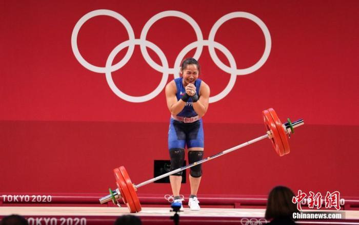 7月26日,菲律宾选手迪亚兹在比赛中。当日,东京奥运会举重女子55公斤级比赛在东京国际论坛大厦举行。菲律宾选手迪亚兹获得冠军。 <a target='_blank' href='http://www.chinanews.com/'>中新社</a>记者 杜洋 摄
