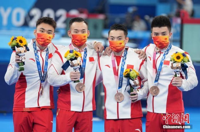 7月26日晚,东京奥运会结束了男子体操团体决赛的争夺,中国队以总分261.894夺得一枚铜牌,俄罗斯奥运选手夺得冠军,日本队获得亚军。图为中国体操男队登上领奖台。<a target='_blank' href='http://www.chinanews.com/'>中新社</a>记者 韩海丹 摄