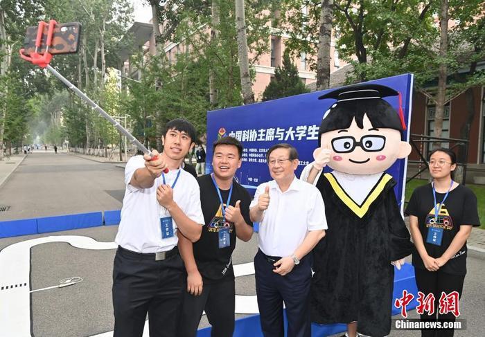 图为万钢(左三)参观北科大学生的创新发明展示后与学生们自拍合影。 <a target='_blank' href='http://www.chinanews.com/'>中新社</a>记者 侯宇 摄