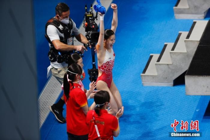 当地时间 7月27日。初次亮相奥运赛场的中国跳水小将陈芋汐和张家齐顶住压力,以363.78分成功夺得东京奥运会女子双人10米跳台冠军。图为比赛结束时陈芋汐和张家齐庆祝夺金。lt;a target='_blank' href='http://www.chinanews.com/'gt;中新社lt;/agt;记者 韩海丹 摄
