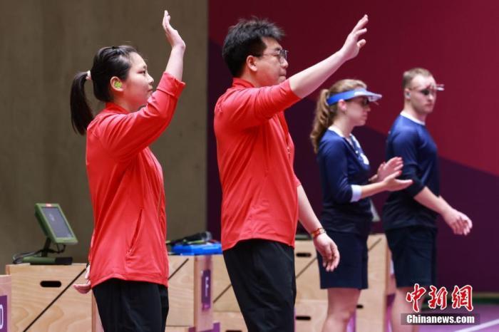"""当地时间 7月27日。在东京奥运会10米气手枪混合团体金牌战中,中国团体姜冉馨/庞伟在""""抢16大战""""中以16:14胜出,为中国代表队拿下第七块金牌。10米气手枪混合团体是一个新设的奥运项目,此次共有20队参加。图片来源:视觉中国"""