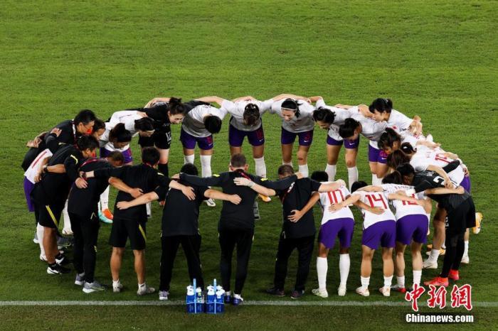7月27日晚,在东京奥运会女足小组赛最后一轮中,中国队以2:8负于荷兰队,三场小组赛一平两负无缘小组出线,告别东京奥运会。图片来源:视觉中国