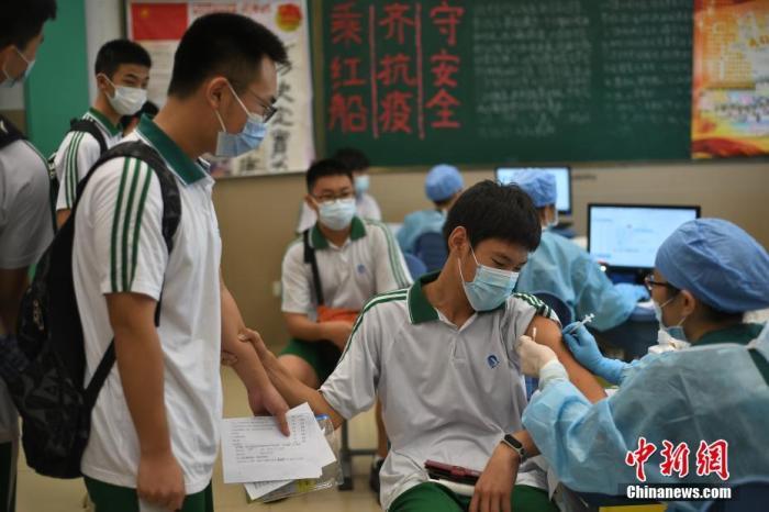 """7月27日,广州市红十字会医院的医护人员在广东省广州市第九十七中学江南新苑校区为学生接种疫苗。广东省卫生健康委7月24日表示,根据国家统一部署,广东省全面启动12-17岁人群新冠病毒疫苗接种工作,推进12-17岁无禁忌症人群""""应接尽接""""。 中新社记者 陈楚红 摄"""