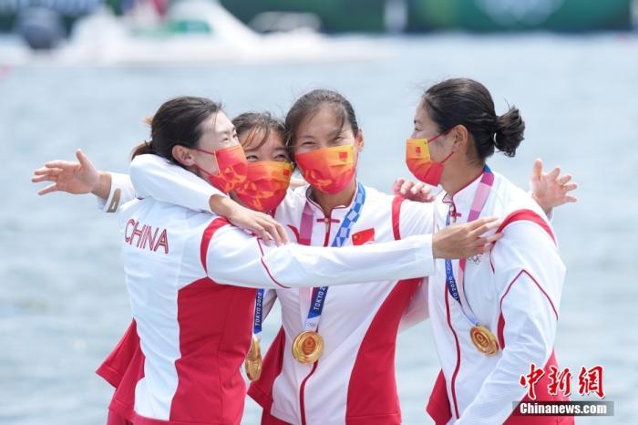当地时间7月28日,在东京奥运会赛艇项目女子四人双桨决赛中,由崔晓桐、吕扬、张灵、陈云霞组成的中国队用时6分05秒13第一个划过终点,摘金同时刷新世界最好成绩。<a target='_blank' href='http://www.kedivino.com/'>中新社</a>记者 韩海丹 摄