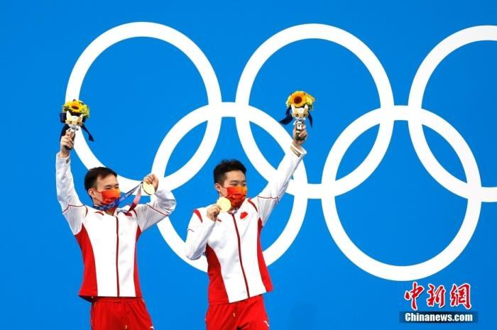 """当地时间7月28日,东京奥运会男子双人3米板对决中,中国组合谢思埸/王宗源以467.82分的绝对实力夺冠,帮助中国跳水队将该项目的金牌""""失而复得"""",这也是中国代表团的第11金。<a target='_blank' href='http://www.chinanews.com/'>中新社</a>记者 富田 摄"""
