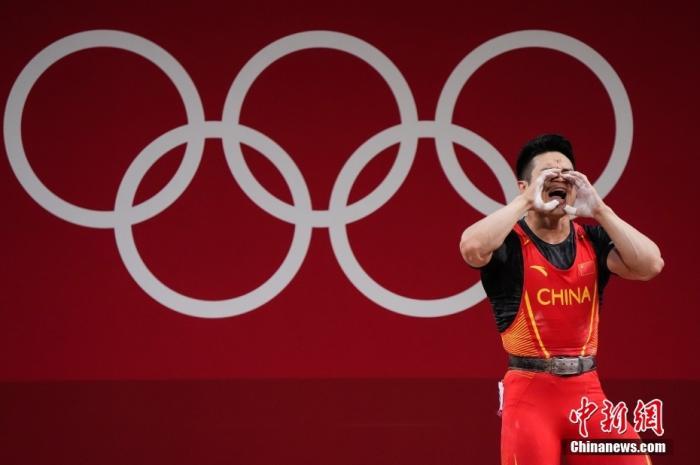 7月28日,在东京奥运会男子举重73公斤级比赛中,中国选手石智勇以抓举166公斤、挺举198公斤、总成绩364公斤的成绩夺得冠军,其中总成绩打破了此前自己保持的世界纪录。这是中国代表团本届奥运会的第12金。图片来源:视觉中国
