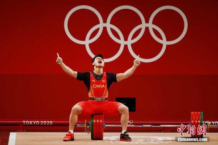 7月28日,在东京奥运会男子举重73公斤级比赛中,中国选手石智勇以抓举166公斤、挺举198公斤、总成绩364公斤的成绩夺得冠军,其中总成绩打破了此前自己保持的世界纪录。这是中国代表团本届奥运会的第12金。<a target='_blank' href='http://www.chinanews.com/'>中新社</a>记者 韩海丹 摄