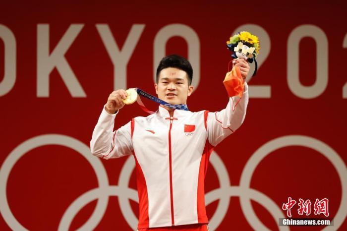7月28日,在东京奥运会男子举重73公斤级比赛中,中国选手石智勇以抓举166公斤、挺举198公斤、总成绩364公斤的成绩夺得冠军,其中总成绩打破了此前自己保持的世界纪录。这是中国代表团本届奥运会的第12金。记者 韩海丹 摄