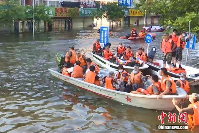 资料图:救援人员转移被困群众。 胡春峰 摄