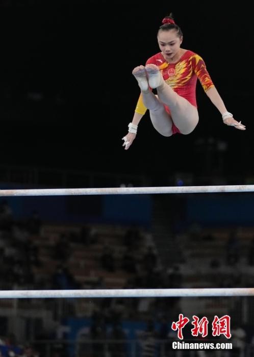 7月27日,东京奥运会体操比赛结束女子团体决赛较量,由唐茜靖、芦玉菲、章瑾和欧钰珊组成的中国队,总成绩161.196分排名第七位。图为芦玉菲在高低杠比赛中。 中新社记者 杜洋 摄