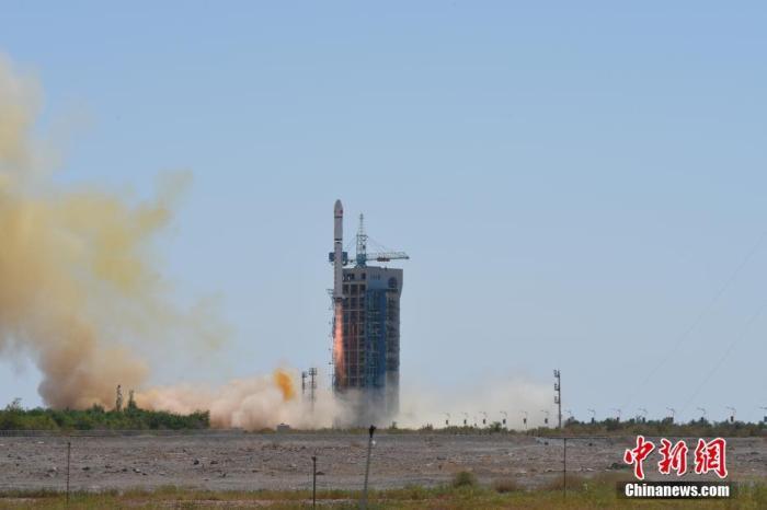 北京时间2021年7月29日12时01分,中国在酒泉卫星发射中心用长征二号丁运载火箭,成功将天绘一号04星发射升空,卫星顺利进入预定轨道,发射任务获得圆满成功。此次任务是长征系列运载火箭的第381次飞行。 吴敬博 摄