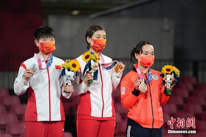 7月29日,在东京奥运会乒乓球女子单打决赛中,中国选手陈梦以4比2战胜队友孙颖莎,夺得冠军。图为颁奖仪式。 <a target='_blank' href='http://www.kedivino.com/'>中新社</a>记者 杜洋 摄