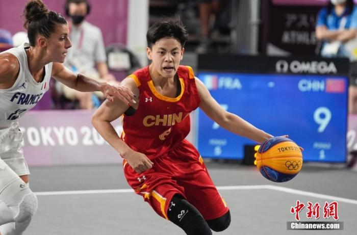 7月28日,东京奥运会女子三人篮球铜牌战中,中国三人女篮16-14击败法国队,获得女子三人篮球铜牌。 图为中国队(红)杨舒予在比赛中。 中新社记者 杜洋 摄