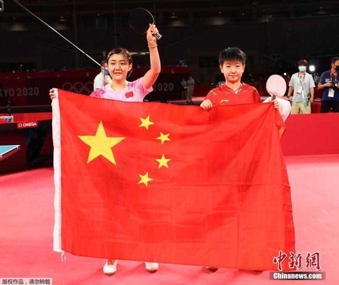 7月29日,东京奥运女单决赛,由中国乒乓球队的陈梦对阵孙颖莎,上演国乒女单内战。在这场代表着如今世界乒坛最高水平的女单对决中,最终陈梦4:2战胜孙颖莎,夺得东京奥运会乒乓球女单冠军。图为比赛结束后陈梦和孙颖莎一起展示中国国旗。