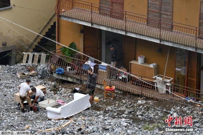 当地时间7月27日,意大利科莫省切尔诺比奧,当地暴雨后遍地狼藉,救援工作正在进行。