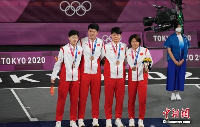 7月28日,东京奥运会女子三人篮球铜牌战中,中国三人女篮16-14击败法国队,获得女子三人篮球铜牌。美国队获得冠军,俄罗斯奥委会获得亚军。 图为颁奖仪式。 <a target='_blank' href='http://www.chinanews.com/'>中新社</a>记者 杜洋 摄