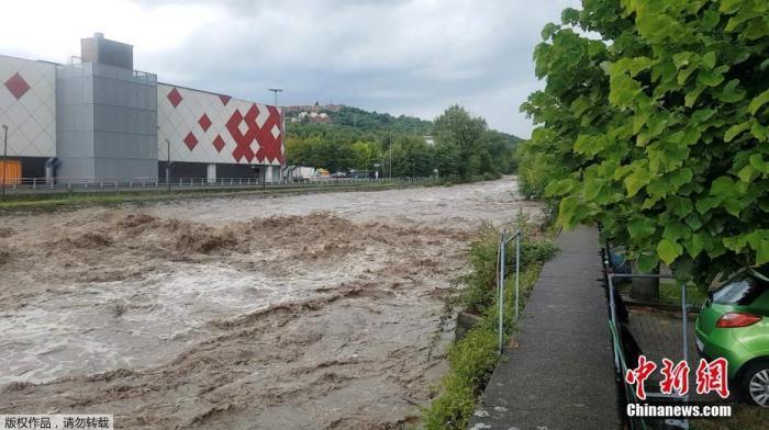 当地时间7月27日,在意大利科莫湖附近的Cernobio,一条大雨后被洪水淹没的街道。