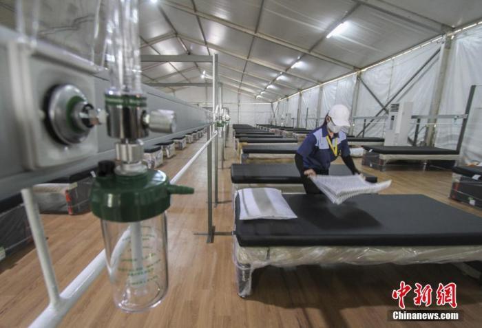 """当地时间2021年7月29日,印度尼西亚雅加达,由于新冠肺炎患者激增,印度尼西亚政府计划开设配有医疗设施的""""氧气屋"""",为中度症状的新冠患者提供治疗。该设施计划于8月初投入使用。 图片来源:视觉中国"""