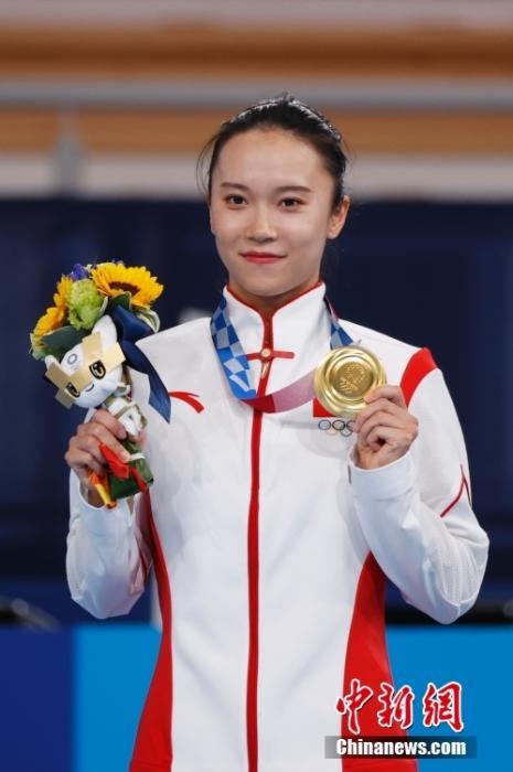 7月30日,中国选手朱雪莹在颁奖仪式上。<a target='_blank' href='http://www.chinanews.com/'>中新社</a>记者 韩海丹 摄