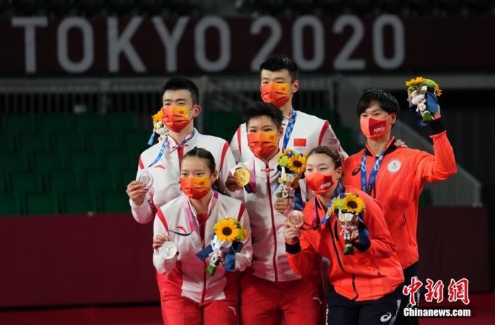 7月30日,东京奥运会羽毛球混双项目中,中国组合王懿律/黄东萍以2:1战胜队友郑思维/黄雅琼,摘得金牌。这是中国羽毛球队本届奥运会的第一枚金牌,也是中国代表团本届奥运会的第18金。<a target='_blank' href='http://www.kedivino.com/'>中新社</a>记者 杜洋 摄