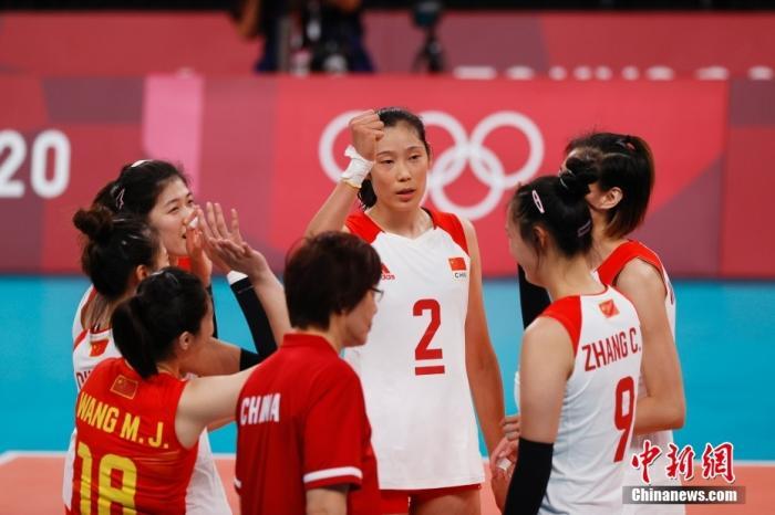 7月29日,中国队球员互相加油。当日,在东京奥运会女排小组赛中,中国队以2比3不敌俄罗斯运动员。 中新社记者 韩海丹 摄