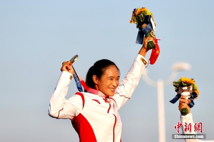 北京时间7月31日,在东京奥运会女子帆板RS:X级奖牌赛中,中国选手卢云秀发挥出色,获得该项目金牌。图为卢云秀高举金牌。 <a target='_blank' href='http://www.chinanews.com/'>中新社</a>记者 富田 摄