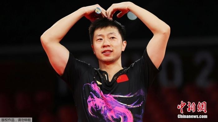 """7月30日,中国乒乓球队员马龙在赢下男单决赛后比出爱心动作,被网友戏称为""""六边形战士""""。"""