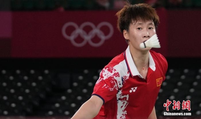 7月31日,東京奧運會羽毛球女子單打半決賽,中國選手陳雨菲2:1勝中國選手何冰嬌晉級決賽。圖為陳雨菲在比賽中。 中新社記者 杜洋 攝