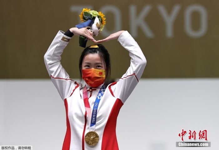 7月24日,中国姑娘杨倩取得东京奥运会女子10米气步枪金牌后,在颁奖仪式上比出萌萌的爱心动作。