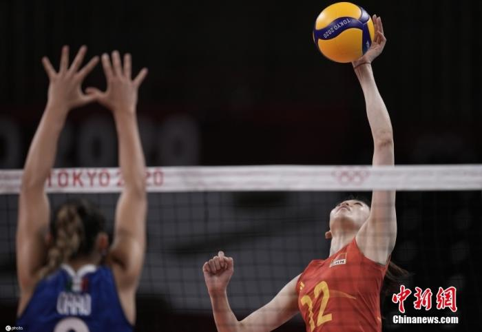 7月31日,东京奥运会女子排球小组赛第四轮举行,中国女排以3:0战胜意大利。虽然中国女排在比赛开始前已确定无缘小组出线,但姑娘们仍然不放弃每一个球的争夺,最终赢下对手,迎来东京奥运会首胜!图片来源:ICphoto
